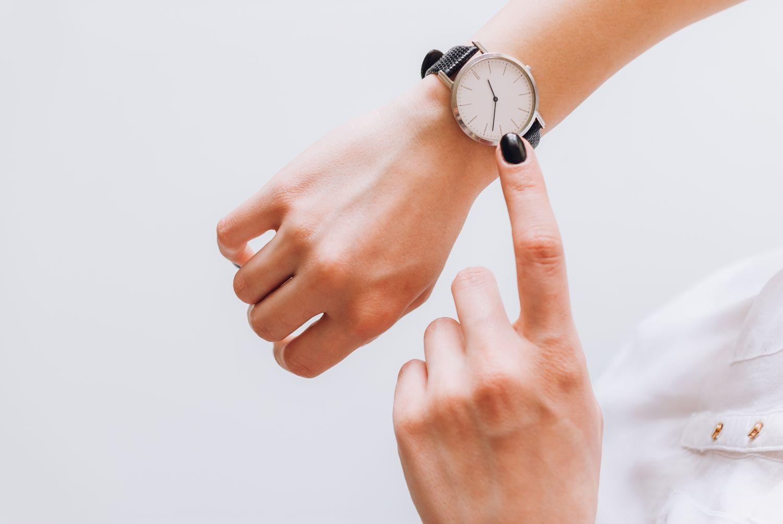 zegarek na kobiecej ręce