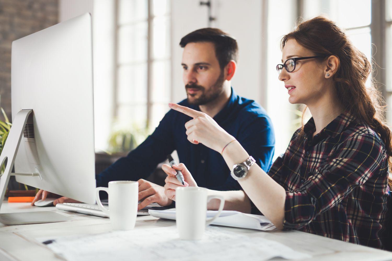 kobieta i mężczyzna pracujący przed komputerem