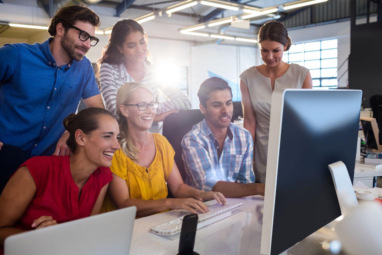 zespół pracujący przed komputerem