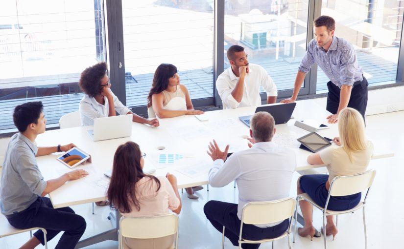 grupa ludzi na spotkaniu biznesowym