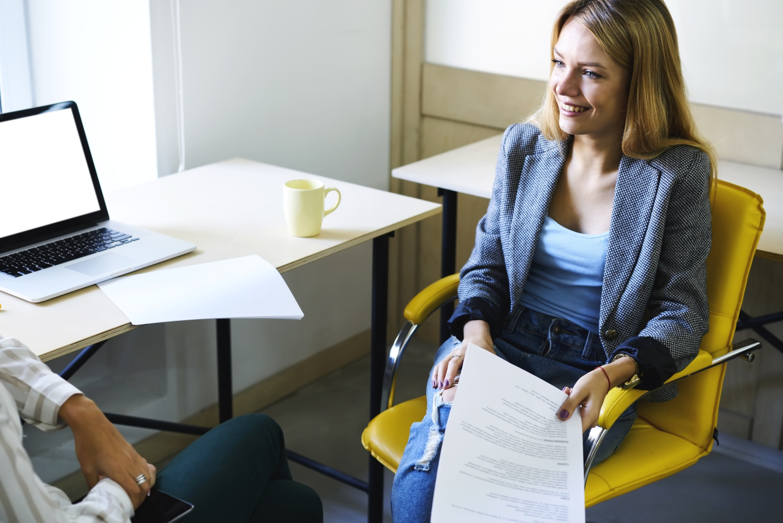 kobieta prowadząca rekrutację